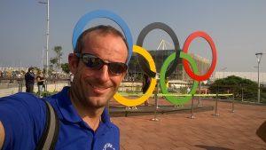4. Devant les anneaux du parc olympique