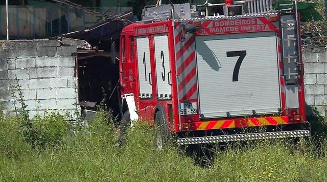 Carro de bombeiros invade casa