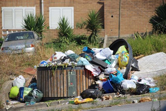 Lixo nas ruas de Perafita