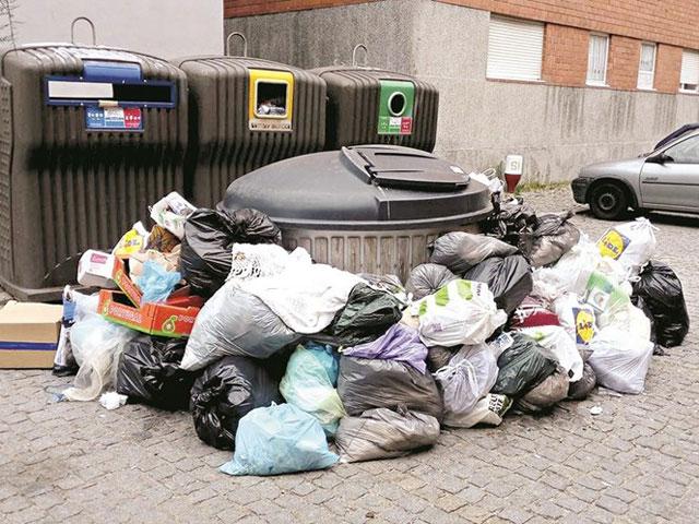 Lixo nas ruas de Lavra