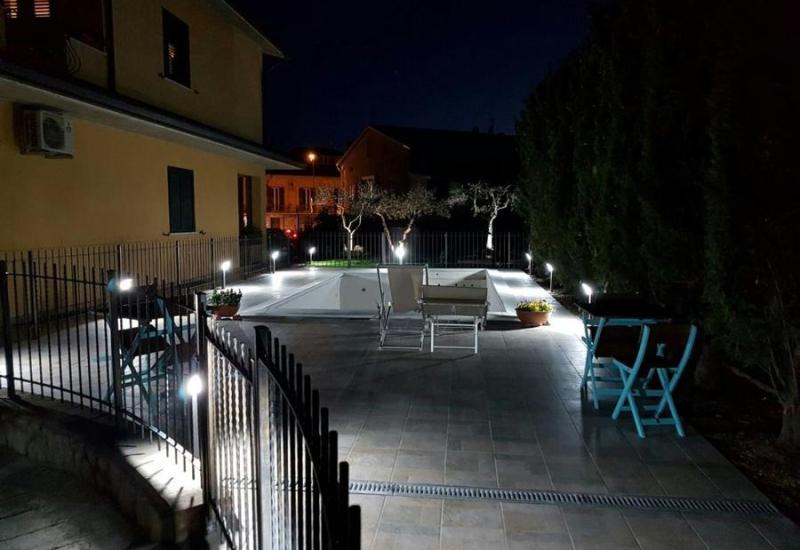 Vista della piscina e degli spazi esterni in notturna