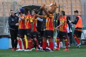 L'esultanza del Lecce nel match col Benevento