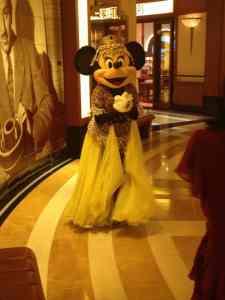 La ravissante Minnie, prête pour la représentation d'Aladdin - A Musical Spectacular, un spectacle exclusif au Fantasy!