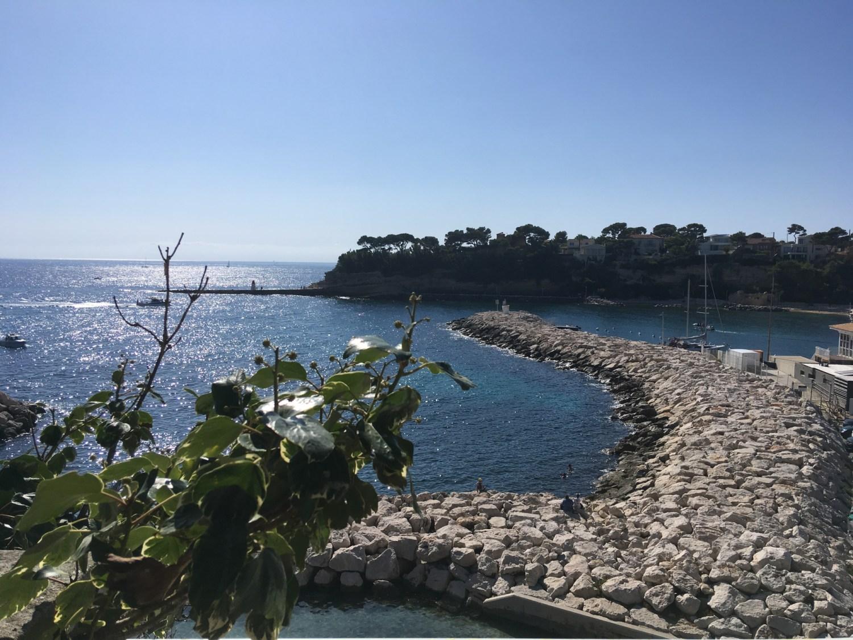 Vue plongeante sur les flots bleus depuis la terrasse du Madrigal, à Carry Le Rouet.