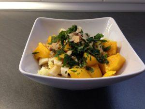 Basisches Müsli mit Mango, Banane, Orange, Chufas und frischer Minze