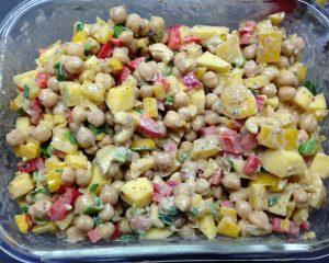 Kichererbsensalat mit Paprika, Mango und Tahine-Cashew Dressing