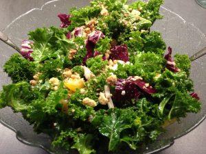 Grünkohlsalat mit Radicchio und Haselnüssen