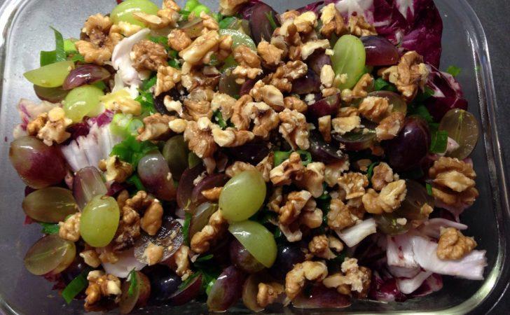 Chicorée Radicchio Salat mit Linsen, Trauben und Walnüssen