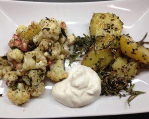 Gerösteter Blumenkohl mit TahineJoghurt und Sesam Honig Rosmarin Kartoffeln mit schwarzem Sesam
