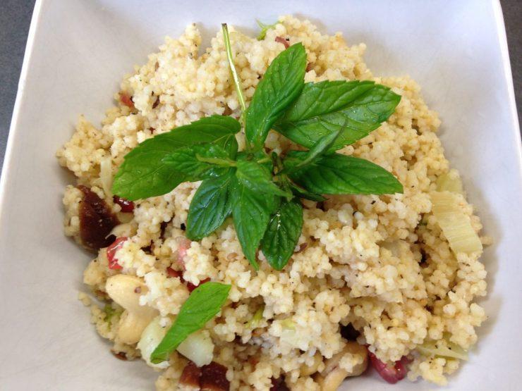 Hirsefrühstück mit Fenchel, Granatapelkernen, Aprikosen und Minze