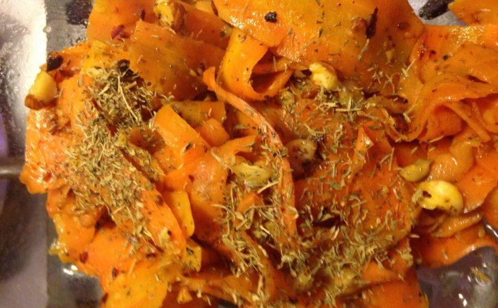 Gebratene Möhren mit gerösteten Haselnüssen und Thymian