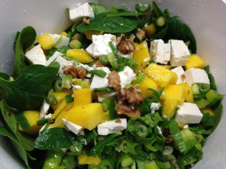 Baby Spinat Salat mit Mango, Feta und Walnüssen