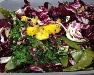 Zuckerschoten Salat mit Radicchio, Mango und Sesam Limetten Dressing