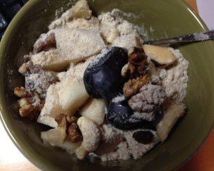 Müsli mit Banane, Birne, frischen Datteln, Walnüssen, Cashew, Erdmandel und Flohsamenschalen Psyllium