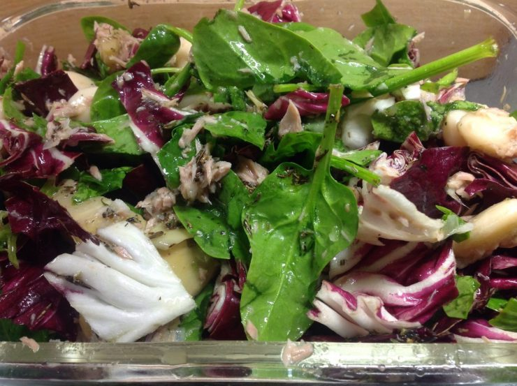 Salat aus Riesenbohnen, Artischoken, Thunfisch, Feta, Spinat, Radicchio