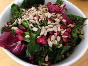 Radicchio Spinat Salat mit Granatapfelkernen und Sonnenblumenkernen
