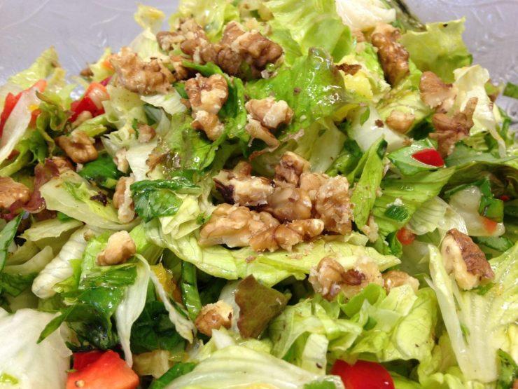 Eichblattsalat mit Orangenfilet, Walnüssen, Paprika und Basilikum