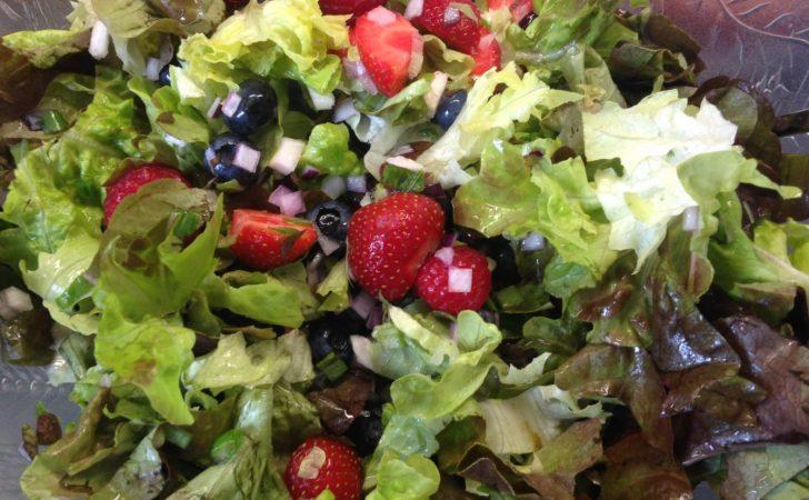 Blattsalat mit Beeren und Erdbeer Vinaigrette und Schafskäse