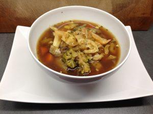 Asiatische Gemüsesuppe mit Chili und Koriander