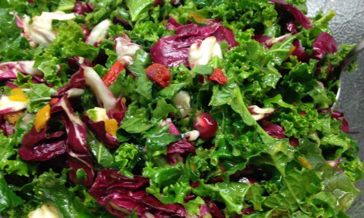 Radicchio Grünkohl Salat mit Goji Beeren, Kumquats und Granatapfel