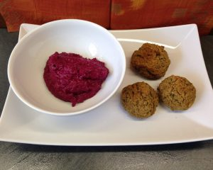 Blumenkohl Bohnen Mandel Falafel mit Rote Bete Dip