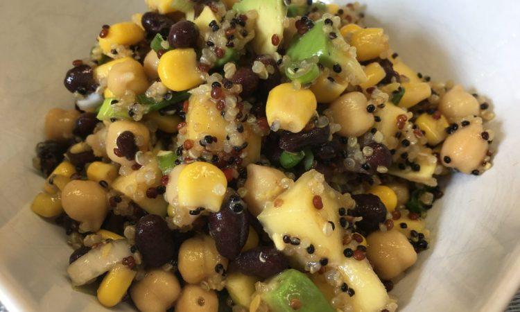 Quinoa Salat mit Mango, Black Beans, Mais und Limetten Dressing