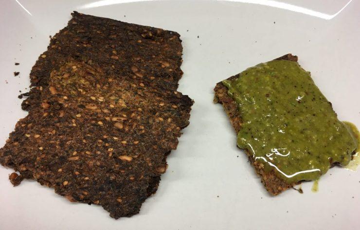 Cracker aus Sonnenblumenkernen, Rucola, Zucchini und Sesam
