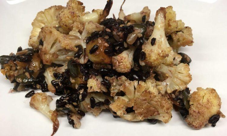 Gerösteter Blumenkohl mit schwarzem Reis und Aprikosen Miso Dressing