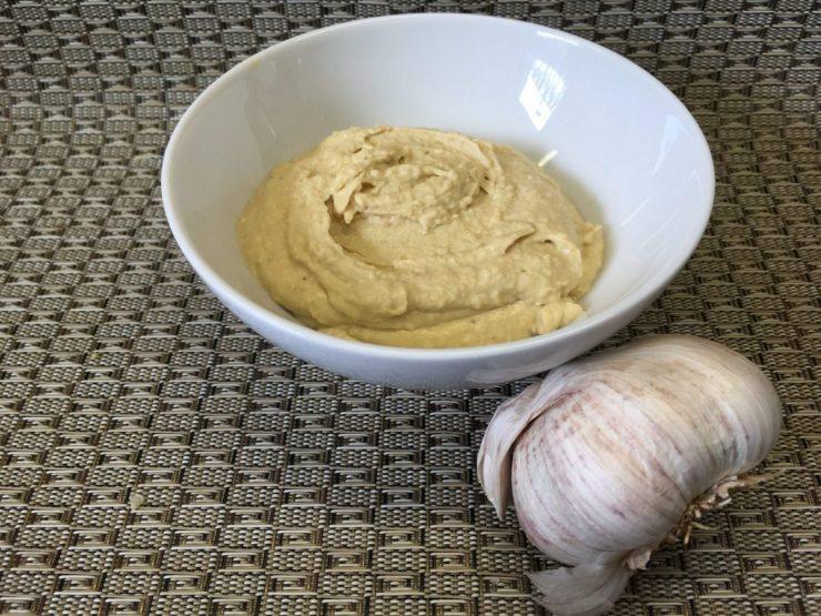 Hummus aus Kichererbsen und geröstetem Knoblauch