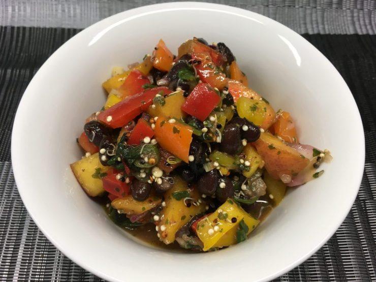 Paprika Nektarien Salat mit Schwarzen Bohnen und Quinoa