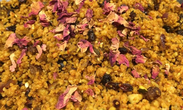 Gebratener Gewürz Couscous mit Berberitzen, Datteln und gerösteten Kernen