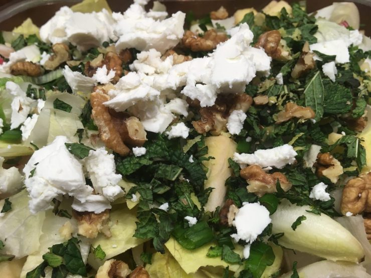 Chicorée Salat mit Apfel, Radieschen und Kokos Avocado Zitronen Dressing