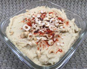 Hummus mit geröstetem Knoblauch und Trüffelöl