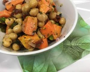 Süßkartoffel Salat mit Tomaten, Datteln und Cashew-Zitronen Dressing