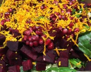 Spinat Salat mit Rote Bete, Avocado, Granatapfelkernen und Sonnenblumenkernen