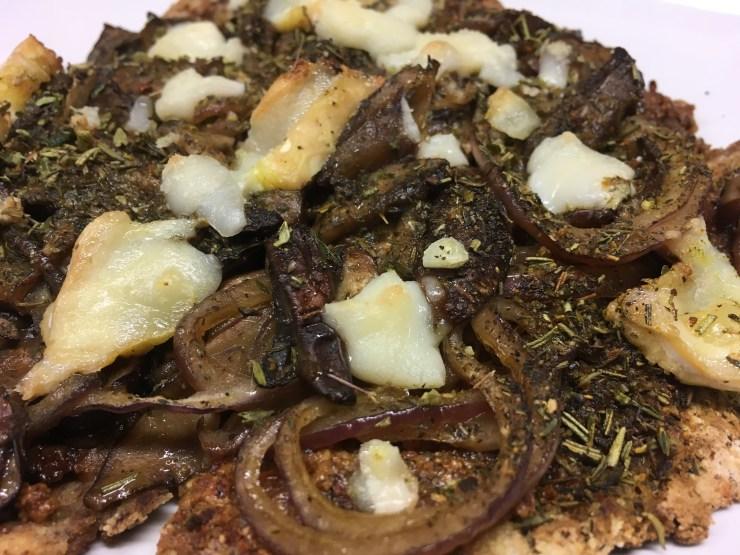 Pizza Fladen mit Tomatenpesto und marinierten Champignon