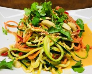 Asiatische Zucchini Nudel Pfanne mit Sesam Erdnuss Kokos Sauce