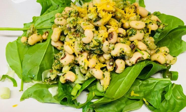 Spinat Salat mit Weißen Bohnen und Rucola Mandel Pesto