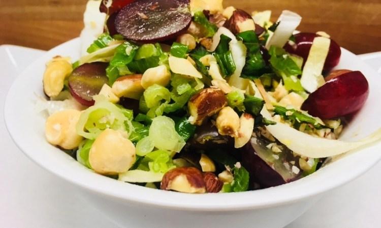 Chicorée Salat mit Haselnüssen, Trauben und Haselnuss-Feigen-Senf Vinaigrette