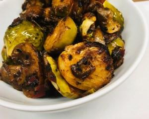 Gerösteter Rosenkohl mit koranischer BBQ Sauce und knusprigen Champignons