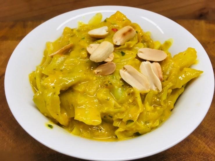 Weißkohl Curry mit Erdnuss, Mango und Chili
