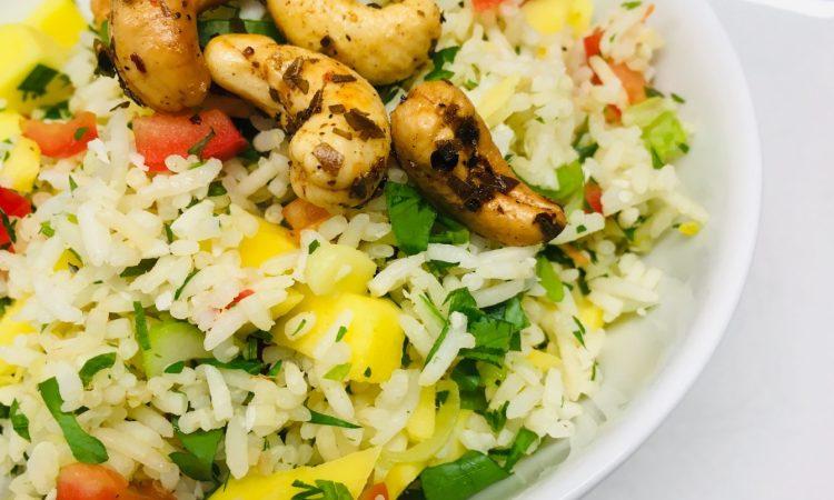 Reissalat mit Mango, Chilis, Kokosnuss und Cashews
