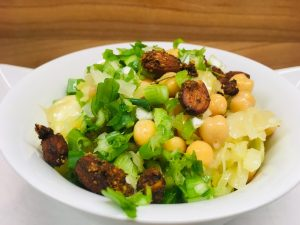 Krautsalat mit Kichererbsen und Mandel Miso Dressing