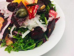 Grünkohl Salat mit Rote Bete, Orangen, Cranberries und Kürbiskernen