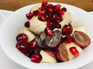 Trauben-Birnen Salat mit Bananen-Ingwer-Erdmandel Creme, Zimt, Vanille und Granatapfelkernen