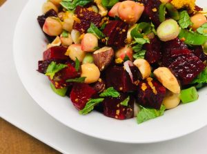 Rote Bete Salat mit Kichererbsen, Haselnüssen, frischer Minze und Za'atar