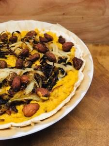 Kürbis Tarte mit karamellisierten Zwiebeln und Mandeln