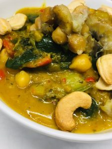 Thai Bananen Curry mit Kichererbsen, Mangold und Cashews