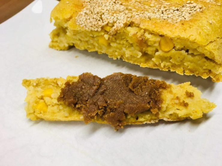 Hirse-Mais-Brot mit Tahini Miso Brotaufstrich