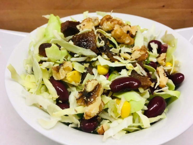 Spitzkohl Salat mit Aprikosen, Bohnen und Walnüssen